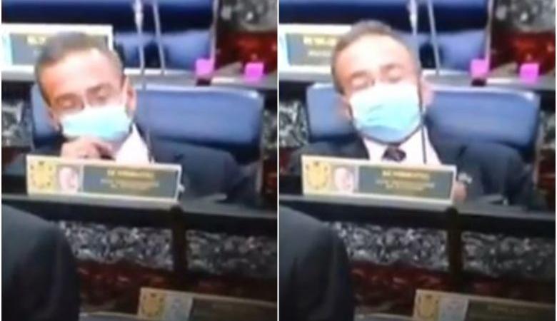 Malesia, ministro svapa in parlamento: il video fa il giro del mondo e diventa virale