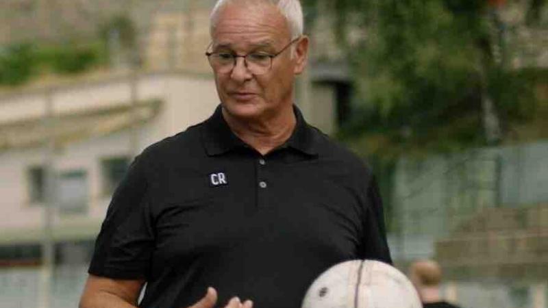 Claudio Ranieri in campo: l'allenatore della Sampdoria è il testimonial per la lotta contro il fumo in Italia